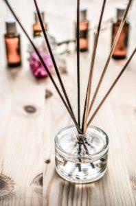 Duftstäbe für Aromatherapie einsetzen
