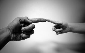 Fingernägel Hände berühren sich