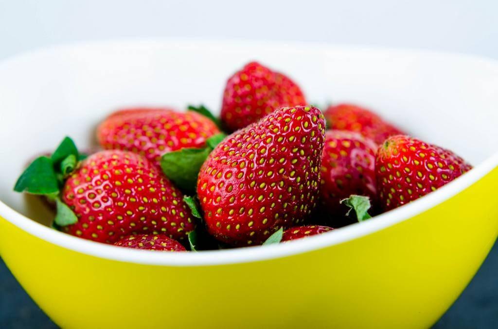 Rote Erdbeeren und gelbe Schale