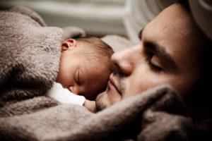 Vater und Baby: Guter Schlaf durch Metta