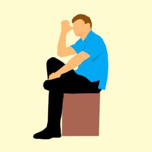 Mann sitzt falsch auf Stuhl