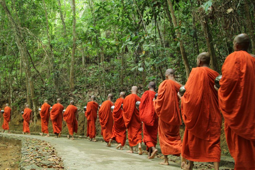 Gehmeditation Almosengang Mönche