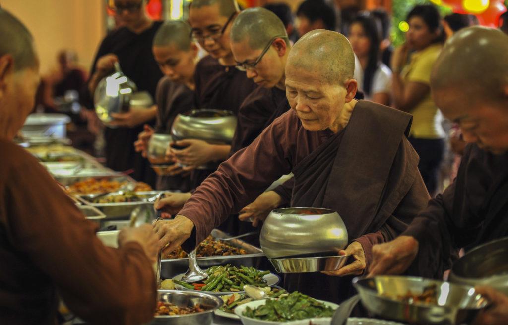 Essen Nonnen Mönche Buddhismus