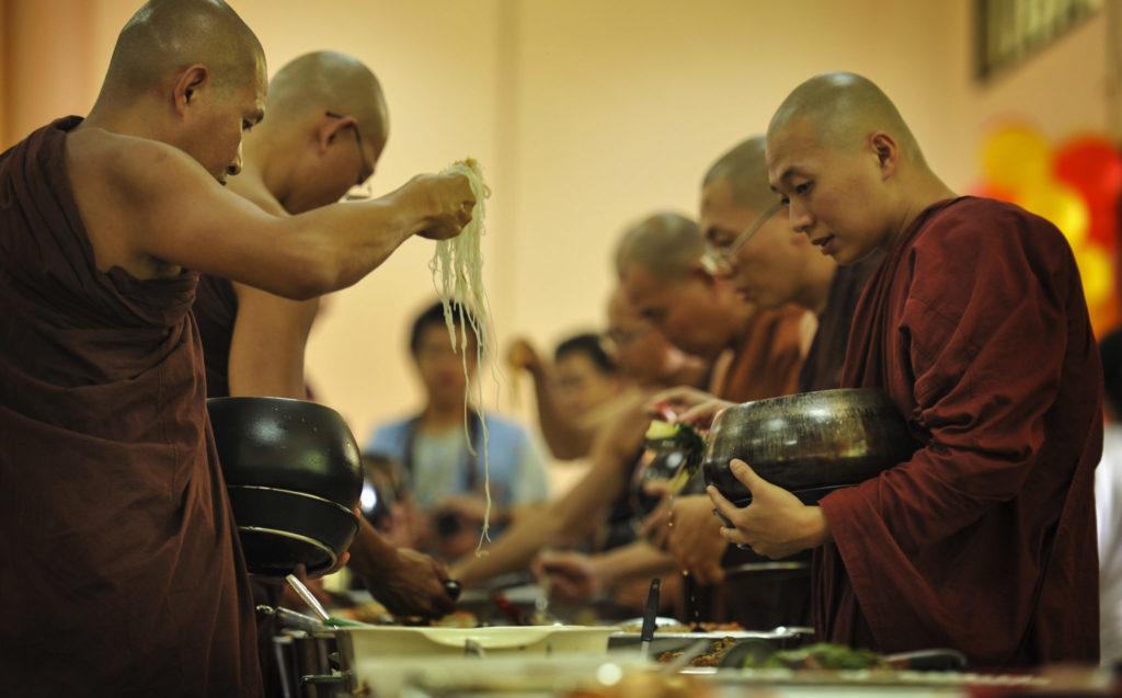 Mönche Essen auffüllen