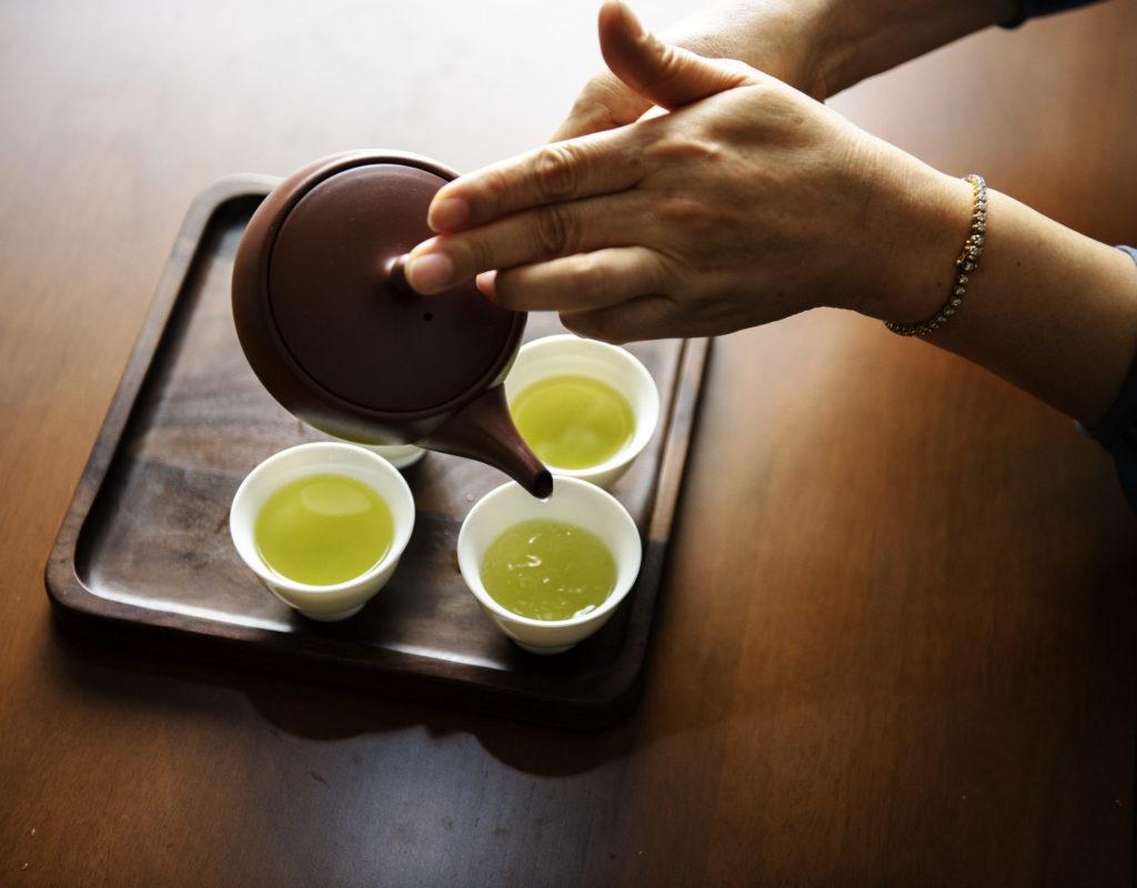 Tee einschenken trinken Asien