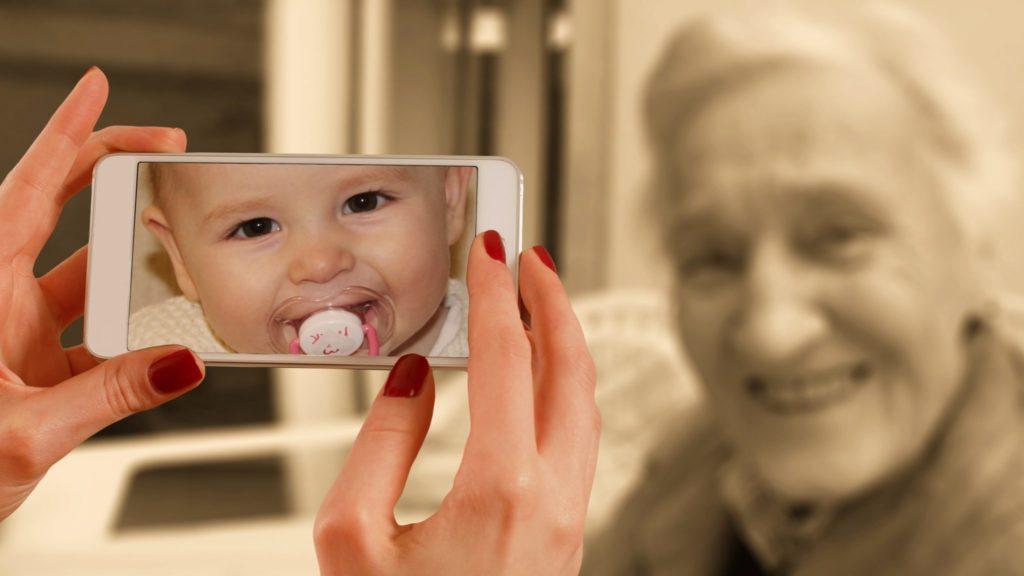 Baby und alte Frau
