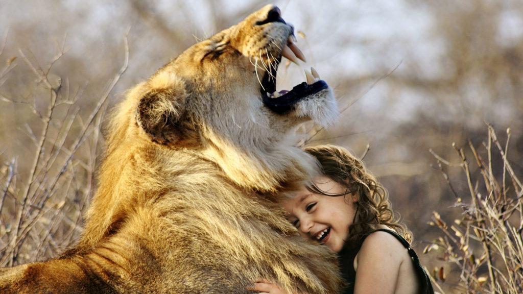 Mädchen umart Löwen.
