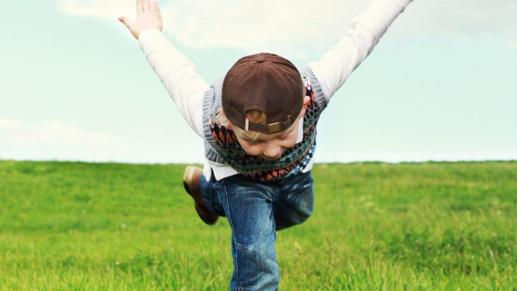 Kind spielt und freut sich.