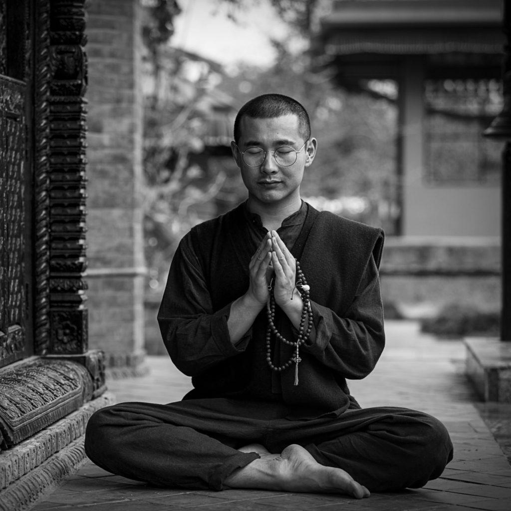 Mönch meditiert im Freien