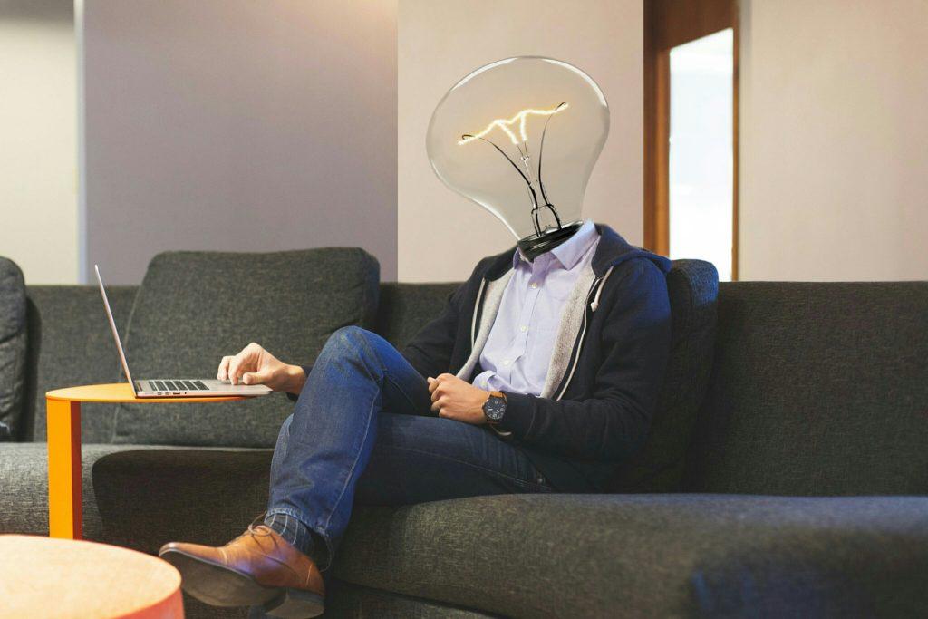 Man mit Glühbirne als Kopf